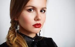 Retrato de la chica joven hermosa linda con los labios maravillosos Imagen de archivo