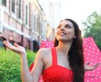 Retrato de la chica joven hermosa que camina con el paraguas Fotos de archivo libres de regalías