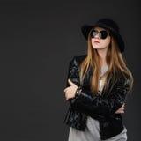 Retrato de la chica joven hermosa que lleva el sombrero de fieltro negro, Sunglas Imágenes de archivo libres de regalías