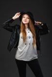 Retrato de la chica joven hermosa que lleva el sombrero negro y el cuero j Fotos de archivo libres de regalías