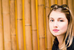 Retrato de la chica joven linda con el lápiz labial rojo Imágenes de archivo libres de regalías
