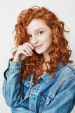 Retrato de la chica joven linda con el pelo rizado y las pecas rojos que sonríe mirando la cámara Imagen de archivo