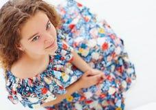 Retrato de la chica joven linda en vestido con volantes del verano Fotos de archivo