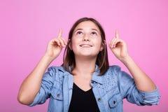 Retrato de la chica joven poiting para arriba Imágenes de archivo libres de regalías