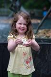 Retrato de la chica joven que come el helado Imágenes de archivo libres de regalías