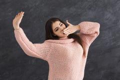 Retrato de la chica joven que estira y que bosteza imágenes de archivo libres de regalías