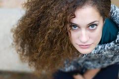 Retrato de la chica joven que mira con la expresión seria Foto de archivo libre de regalías
