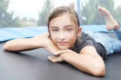 Retrato de la chica joven que se relaja. Fotografía de archivo