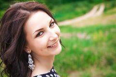 Retrato de la chica joven que sonríe en la naturaleza Fotografía de archivo