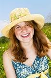 Retrato de la chica joven que sonríe en prado Foto de archivo