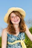 Retrato de la chica joven que sonríe en prado Foto de archivo libre de regalías