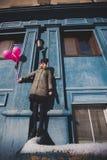 Retrato de la chica joven que tiene primavera al aire libre de la diversión Imagen de archivo