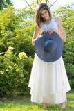 Retrato de la chica joven romántica en jardín Foto de archivo libre de regalías