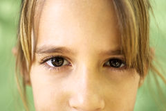 Retrato de la chica joven seria que mira fijamente la cámara Imagen de archivo
