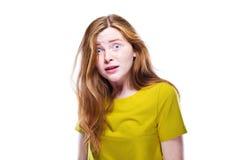Retrato de la chica joven sorprendida aislada en blanco Fotografía de archivo libre de regalías