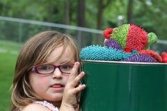Retrato de la chica joven sucia que juega en el parque Foto de archivo