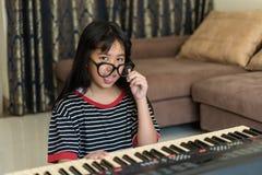 Retrato de la chica joven tonta linda que hace las caras divertidas, studdi Fotos de archivo