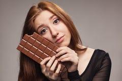 Retrato de la chica joven triste con el chocolate grande Imagen de archivo libre de regalías