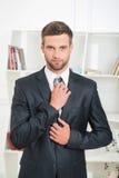 Retrato de la cintura-para arriba del hombre de negocios hermoso con fotos de archivo