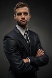 Retrato de la cintura-para arriba del hombre de negocios hermoso con imagen de archivo