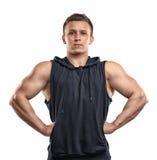 Retrato de la cintura-para arriba del hombre joven musculoso hermoso que presenta para la cámara Fotos de archivo