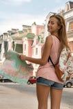 Retrato de la cintura-para arriba del viajero bastante femenino en Imagen de archivo