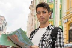 Retrato de la cintura-para arriba del viajero masculino hermoso en imagen de archivo