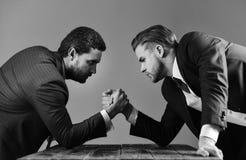 Retrato de la cintura-para arriba de dos hombres de negocios enojados en trajes Fotografía de archivo