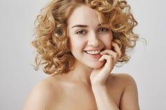 Retrato de la cintura-para arriba de la mujer europea sensual atractiva con el pelo rizado corto, finger penetrante mientras que  Imagen de archivo