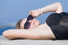 Retrato de la cintura-para arriba de la mujer joven de mentira Fotos de archivo