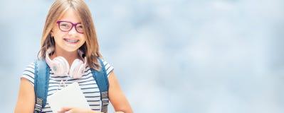 Retrato de la colegiala adolescente feliz moderna con el backpackand o del bolso Imagen de archivo libre de regalías