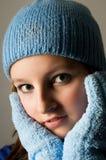 Retrato de la colegiala con el casquillo azul del invierno Imágenes de archivo libres de regalías