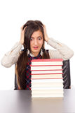 Retrato de la colegiala sorprendida que se sienta en su escritorio Foto de archivo libre de regalías