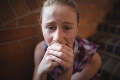 Retrato de la colegiala triste que se sienta solamente en escalera Fotografía de archivo