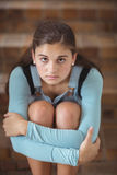 Retrato de la colegiala triste que se sienta solamente en escalera fotos de archivo libres de regalías