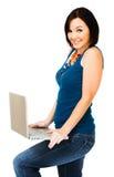 Retrato de la computadora portátil de la explotación agrícola de la mujer Fotografía de archivo libre de regalías