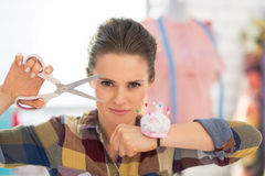 Retrato de la costurera confiada con las tijeras Imágenes de archivo libres de regalías