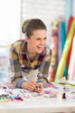 Retrato de la costurera de risa en estudio Foto de archivo libre de regalías