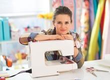 Retrato de la costurera feliz con la máquina de coser Imagen de archivo libre de regalías