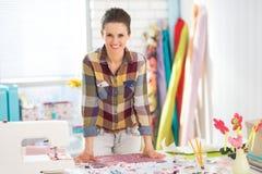 Retrato de la costurera feliz en estudio Foto de archivo libre de regalías