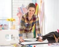 Retrato de la costurera feliz que trabaja en estudio Imágenes de archivo libres de regalías