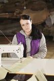 Retrato de la costurera joven Imagenes de archivo
