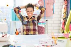 Retrato de la costurera relajada en estudio Imágenes de archivo libres de regalías