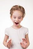 Retrato de la cubierta emocionada sorprendida de la muchacha su boca por la mano Aislado en el fondo blanco Imagenes de archivo