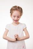 Retrato de la cubierta emocionada sorprendida de la muchacha su boca por la mano Aislado en el fondo blanco Foto de archivo libre de regalías