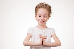 Retrato de la cubierta emocionada sorprendida de la muchacha su boca por la mano Aislado en el fondo blanco Fotografía de archivo libre de regalías