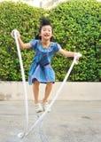 Retrato de la cuerda de salto asiática de la niña en el parque imagenes de archivo