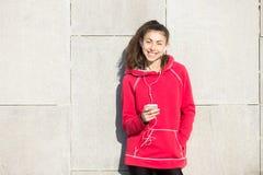 Retrato de la deportista alegre que usa el teléfono móvil Imagen de archivo