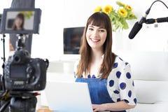 Retrato de la difusión femenina de la grabación de Vlogger en casa fotografía de archivo
