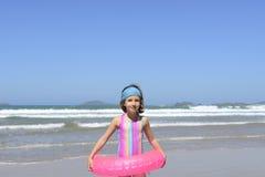 Retrato de la diversión del verano: niño en la playa Imagen de archivo